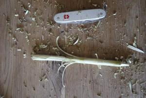 Vorsichtig schnitzen wir die Blätter unserer Narzisse mit dem Taschenmesser.  Foto (c) kinderoutdoor.de