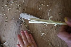 Mit dem Taschenmesser spalten wir jetzt den Zweig.  Foto (c) kinderoutdoor.de