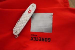 Eine Gore Tex Jacke auf Tour reparieren ist kein Problem mit Panzertape (Gewebeband). Foto (c) kinderoutdoor.de