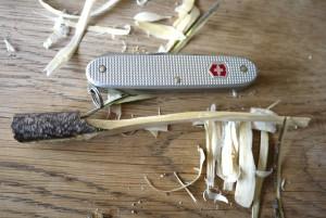 Mit dem Taschenmesser schnitzen wir uns den Griff der Zahnbürste.  Foto (c) kinderoutdoor.de