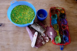 Kinder lernen schnitzen: Hier ist das Material für unseren Kaktus.  Foto (c) kinderoutdoor.de