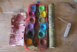 Eine Osterbastelei mit Kindern: Taschenmesser, Astholz, Wasserfarben, Schleifpapier , Schnur und Pinsel. Los geht´s.  Foto (c) kinderoutdoor.de
