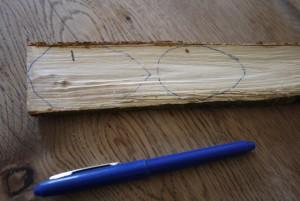 Bevor Ihr zum Taschenmesser greift ist es besser, die Eier auf das Holz zu malen.  foto (c) kinderoutdoor. de