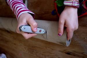 Kinder basteln mit dem Taschenmesser ein Periskop. foto (c) kinderoutdoor.de