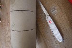 Wir basteln mit den Kindern ein Periskop: Hier entsteht ein Sehschlitz.  foto (c) kinderoutdoor.de