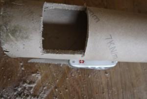 Nun schneiden wir das zweite Sehfenster aus unserem Persikop mit dem Taschenmesser.  foto (c) kinderoutdoor.de