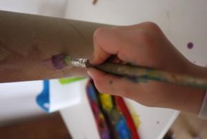 Mit Wasserfarbe malen wir unser Periskop an.  Foto (c) kinderoutdoor.de