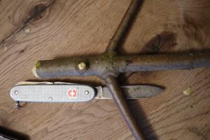 Mit dem Taschenmesser schnitzen wir den Bommel der Wichtelmütze. Foto (c) kinderoutdoor.de