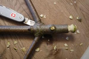 Nun schnitzt Ihr die Kerbe mit dem Taschenmesser rund um in das Holz. Schon ist der Bommel fertig.  Foto (c) kinderoutdoor.de