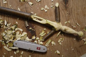 In unserer Schnitzanleitung schnippeln wir jetzt die Beine mit der kleinen Klinge vom Taschenmesser.  Foto (c) kinderoutdoor.de