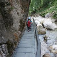 Auf Stegen wandert Ihr Richtung Hohenschwangau.   foto (c) kinderoutdoor.de