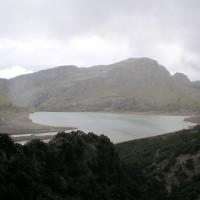 Wandern mit Kindern auf Mallorca: Der Cúber-Stausee im Tramuntana Gebirge ist ein lohnendes Ziel.  foto (c) kinderoutdoor.de