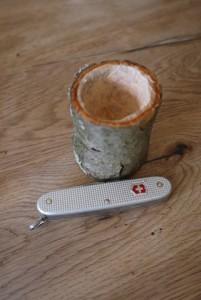 Nun sägen wir den Becher vom Ast ab. Foto (c) kinderoutdoor.de