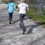 Outdoor Basteln: Eine Pferdeleine für Kinder