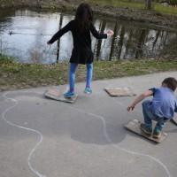 Eine Spielstation bei unserer Schnitzeljagd ist das Trittsteinspiel.  foto (c) kinderoutdoor.de