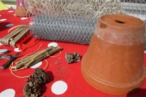 Wir basteln ein Insektenhotel, hier seht Ihr unser Material. Foto (c) kinderoutdoor.de