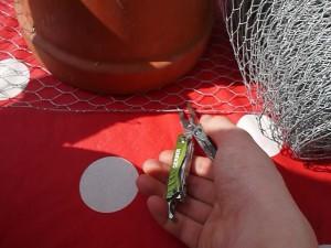 Mit der Zange schneidet Ihr den Hasendraht für das Insektenhotel aus.  Foto (c) kinderoutdoor.de