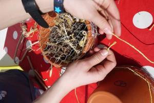 Nun befestigen wir den Hasendraht mit einer Schnur. Foto (c) kinderoutdoor.de