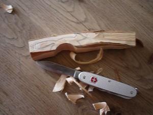Mit der großen Klinge vom Taschenmesser schnitzen wir den Bauch vom Fuchs. Foto (c) kinderoutdoor.de
