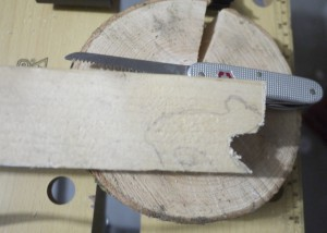 Werken mit dem Taschenmesser ist jetzt angesagt. Wir sägen den Eisbären aus.  Foto (c) kinderoutdoor.de
