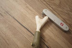 Wir lernen schnitzen mit den Kindern und haben ein tolles Herz aus dem Holz geschnippelt.  foto (c) kinderoutdoor.de