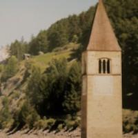 Wandern mit Kindern am Reschensee: Von Graun schaut noch der Kirchturm raus.   foto (c) kinderoutdoor.de