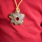 Kinder werken mit dem Taschenmesser: Ein Kokosnuss-Anhänger
