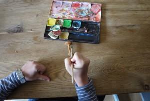 Mit der Schnitzanleitung sind wir fertig und malen jetzt den Pilz an. foto (c) kinderoutdoor.de