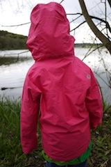Klein, leicht und dicht. Das zeichnet das Marmot Girls PreCip Jacket aus.  foto (c) kinderoutdoor.de