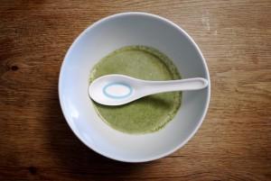 Outdoor kochen ist ganz einfach, weil Ihr nur wenige Zutaten braucht. Fertig ist die Brennesselsuppe.  foto (c) kinderoutdoor.de