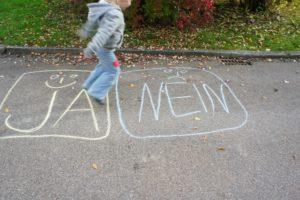 Eine Spiel Idee der Schnitzeljagd ist das Ja Nein Spiel. foto (c) kinderoutdoor.de