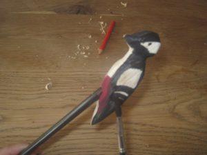 Nach dem Schnitzen malen wir den Buntspecht an.  foto (c) kinderoutdoor.de