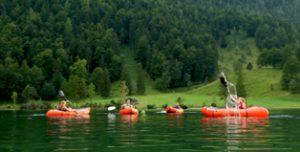 In der Alpenwelt Karwendel üben die Teilnehmer mit dem Trekraft auf der Ferchensee. Dann geht es auf die wilde Isar.  foto (c) alpenwelt karwendel