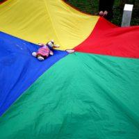 Schwungtuch Spiele: Hier hüpfen die Plüschtiere wie Akrobaten durch die Luft.  foto (c) kinderoutdoor.de