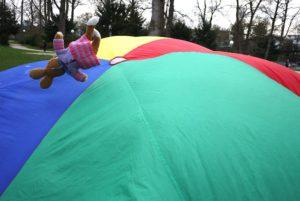 Schwungtuch Spiele: Hier entsteht ein Ballon und die Kinder sind alle drunter.  foto (c) kinderoutdoor.de