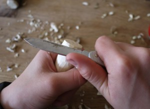 Kinder schnitzen mit dem Taschenmesser einen Pilz. foto (c) kinderoutdoor.de