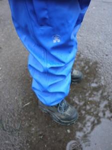 Kamik Regenhose Splash Pant. Dicht, robust und warm. Damit haben die Kinder auch bei Regenwetter draußen ihre Freude.  foto (c) kinderoutdoor.de