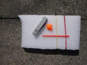 Kinder basteln ein Rennboot mit Raketenantrieb aus Recyclematerialien. foto (c) kinderoutdoor.de