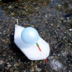 Kinder basteln ein Rennboot aus Recyclematerialien