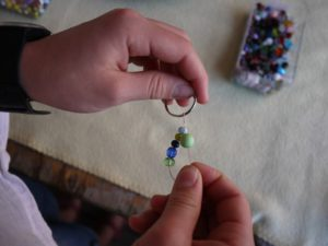 Schlüsselanhänger mit Kindern basteln: Auch auf beiden Fäden lassen sich die Perlen aufziehen.  foto (c) kinderoutdoor.de