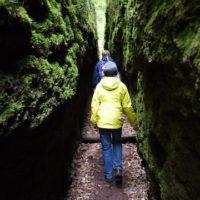 Kindern wandern im Thüringer Wald: 68 Zentimeter ist die Drachenschlucht an der schmalsten Stelle.   foto (c) kinderoutdoor.de