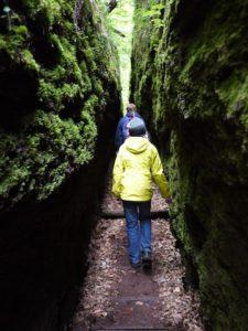 Wandern mit Kindern im Thüringer Wald: 68 Zentimeter ist die Drachenschlucht an der schmalsten Stelle.  foto (c) kinderoutdoor.de