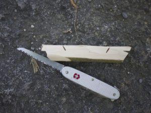 Kinder werken mit dem Taschenmesser: Wir sägen vorne am Bug das Kastell ein. foto (c) kinderoutdoor.de