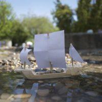 Noch ein wenig Kiesel einfüllen und unser Segler schwimmt stabil   foto (c) kinderoutdoor.de