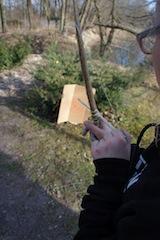 Schnitzeljagd im Urwald: Pfeil und Bogen gehören auch zu den Spielstationen.  foto (c) kinderoutdoor.de
