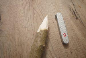 Die Kinder schnitzen mit dem Taschenmesser nun das andere Astende spitz zu. foto (c) kinderoutdoor.de
