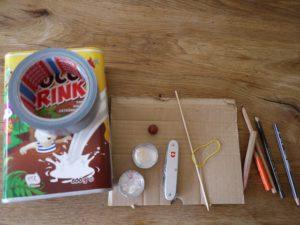 Basteln mit dem Taschenmesser: Hier sind unsere Materialien für den Dampfer dessen Schaufelräder sich drehen.  foto (c) kinderoutdoor.de