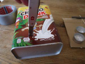 Basteln mit dem Taschenmesser: Wir schneiden erst einmal die Kakaodose auseinander.  foto (c) kinderoutdoor.de