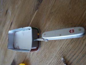 Werken mit unserem Taschenmesser ist Kinderleicht: Zuerst ein Loch über der Wasserlinie in den Bug bohren.  foto (c) kinderoutdoor.de
