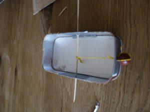 Steckt nun den Schaschlickspieß durch und verknotet daran den Haushaltsgummi. Fertig ist der Antrieb. foto (c) kinderoutdoor.de